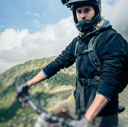 Mountain biker in den Bergen posiert vor der Kamera